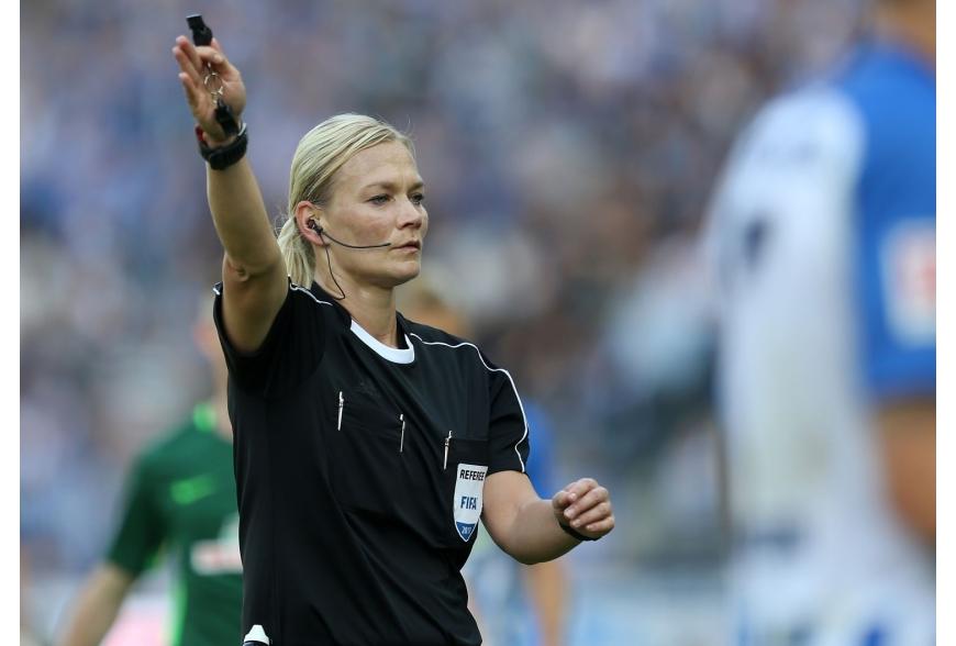 Giù le mani dall'arbitro donna